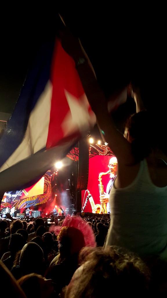 19 - Meisje met vlag en band